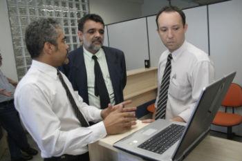 Subsecretário José Augusto e o Diretor da Peltron Luciano Gabriel observam a operação do equipamento
